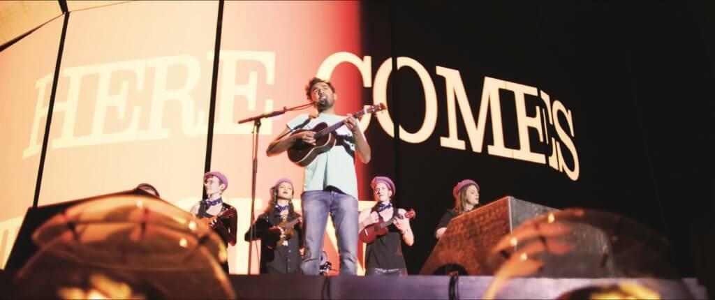 赫密殊柏特爾飾演A貨披頭四歌手,歌聲真摯動人。
