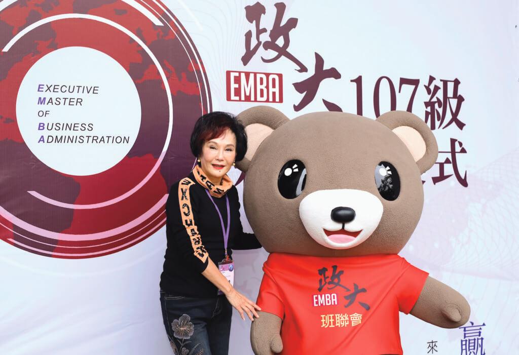 胡錦以七十高齡考入政大,以兩年時間完成碩士課程,稍後她更打算考博士班,繼續創出影圈的新紀錄。