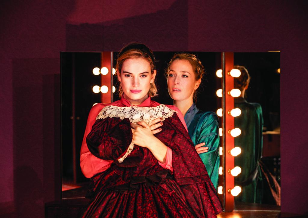 舞台版,姬莉安德遜飾演瑪歌(後),莉莉·詹姆斯飾演伊芙(前)。