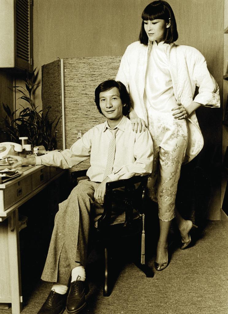 劉培基以「夜上海」系列,到倫敦、巴黎和杜塞爾多夫參展。劉娟娟穿的是白金真絲時裝。
