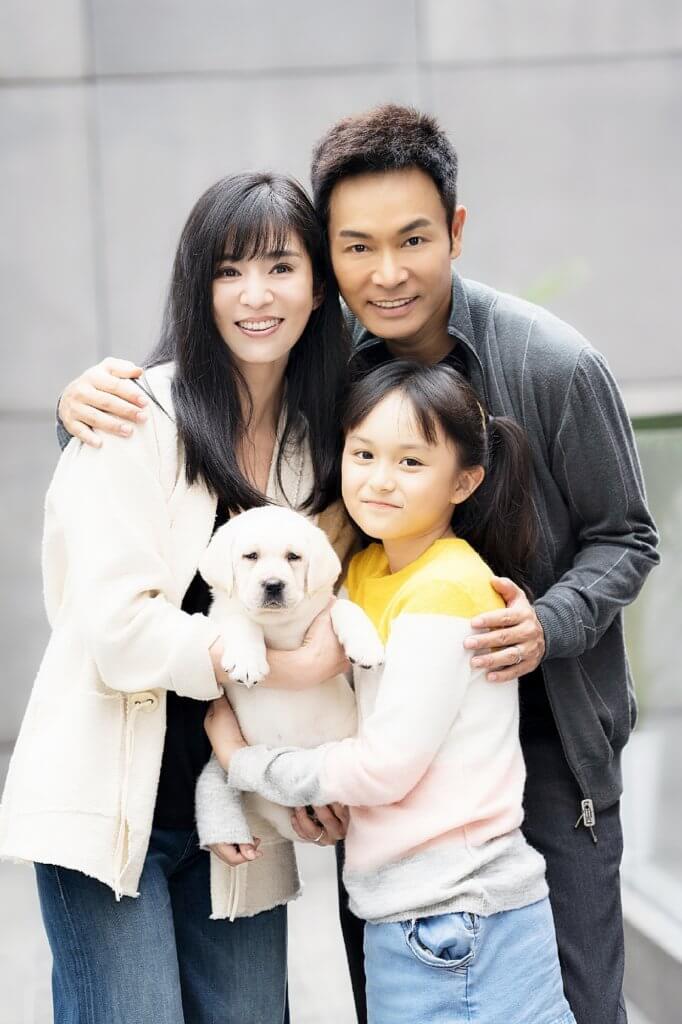 在電影《小Q》中,她與老公郭晉安和女兒是導盲犬寄養家庭。