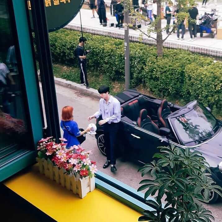 安宰賢主演的劇集《有缺陷的人們》早已開機,但現時大量網民要求他從劇集下車,更有廣告商中斷安宰賢的廣告。
