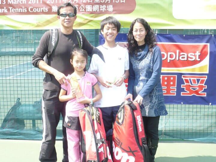 王康怡從小在父母鼓勵下,和哥哥一齊學網球。