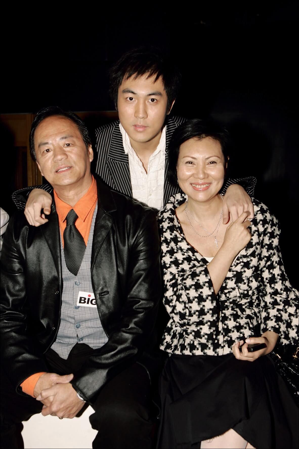 譚俊彥,出生於演藝世家,父親狄龍、母親陶敏明都是演員。