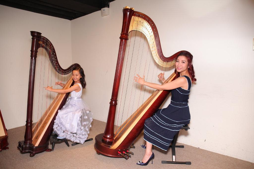 朱凱婷陪伴女兒一起學豎琴,為她伴奏。