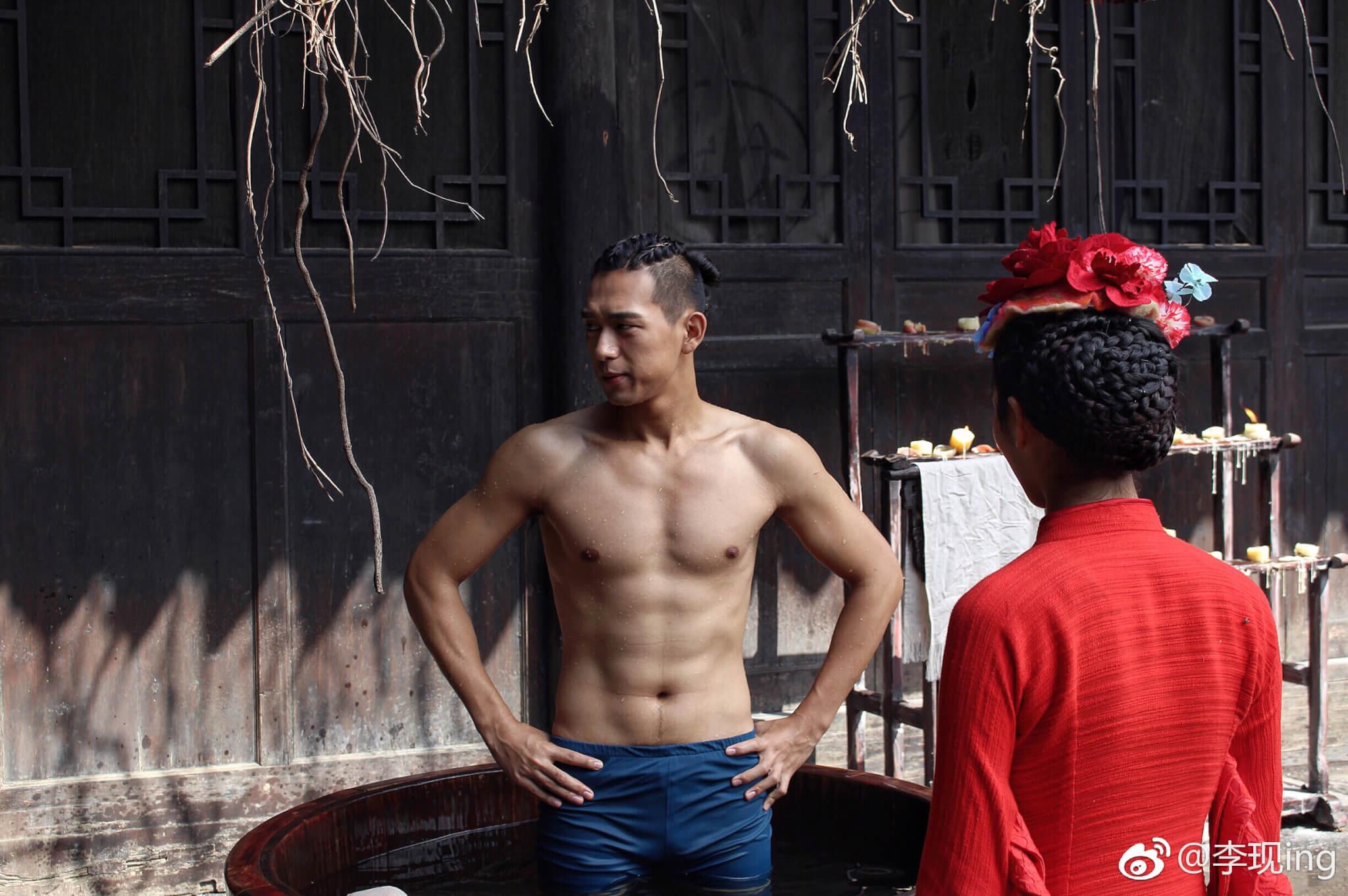李現除了有一副好身材外,他更會彈結他,不過男神在初中時是個八十公斤的小胖子,果然胖子都是潛力股!