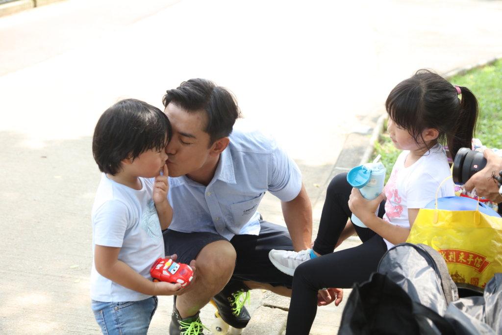 黃祥興帶小孩有自己一套原則,他不想子女太嬌縱,隨便撒野,不過有時又會忍不住與他們親吻。