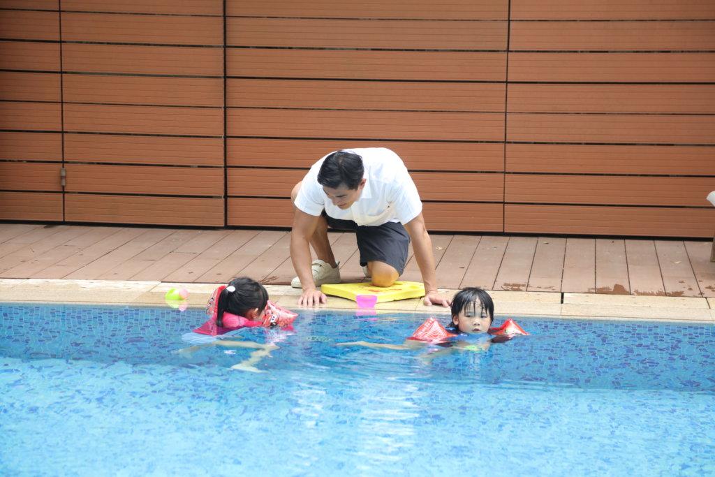 黃祥興認為懂游泳是求生技能,為免子女跟自己學壞姿勢,他有讓子女正式學游泳。