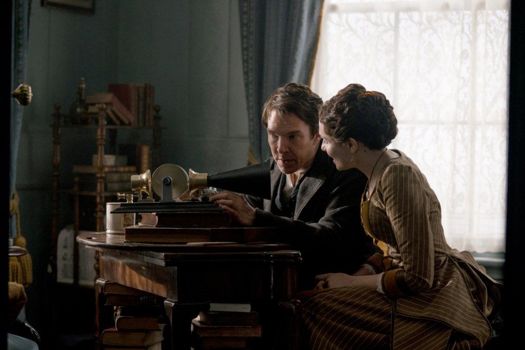 愛迪生只埋頭在發明上,忽視自己的妻子。