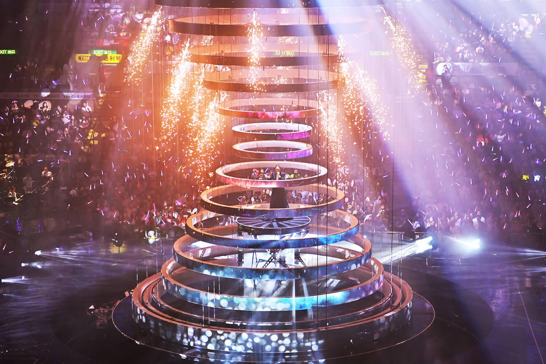 球狀的舞台由數百條威也組合,千變萬化,加上燈光效果,極盡視聽之娛。