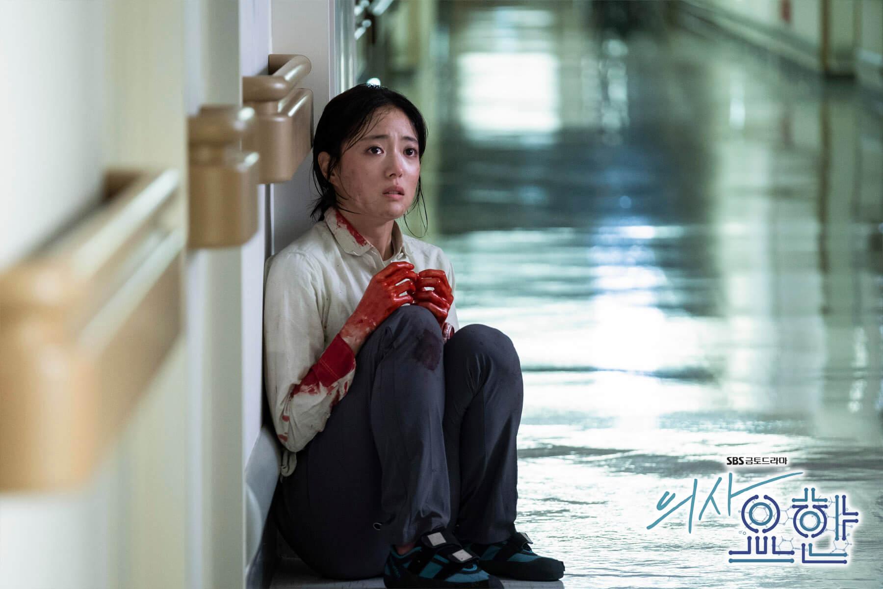 姜詩英在醫療事故後以脫下醫生袍來懲罰自己,輾轉到監獄兼職獄醫,在車耀漢的刺激下回巢。