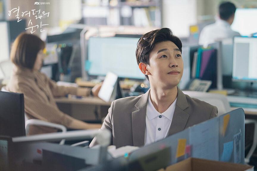 韓劇「綠葉王」姜其永在新劇演邕聖祐、金香起、申承浩的副班主任。