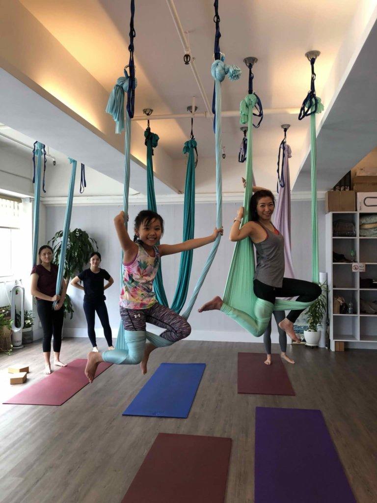喜愛運動的Heidi,與女兒一起學瑜伽。