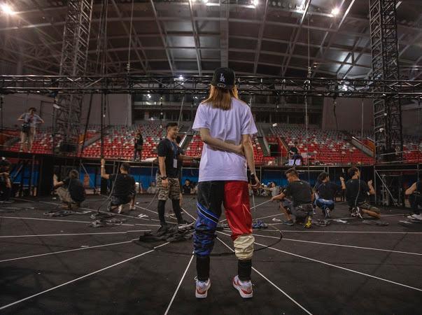 開騷前兩星期,製作部在廣州訂了場地,建成一個模擬紅館讓祖兒綵排。
