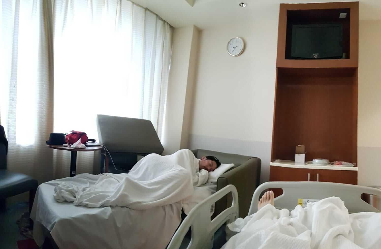 入院後,大兒子一直在病房陪伴。
