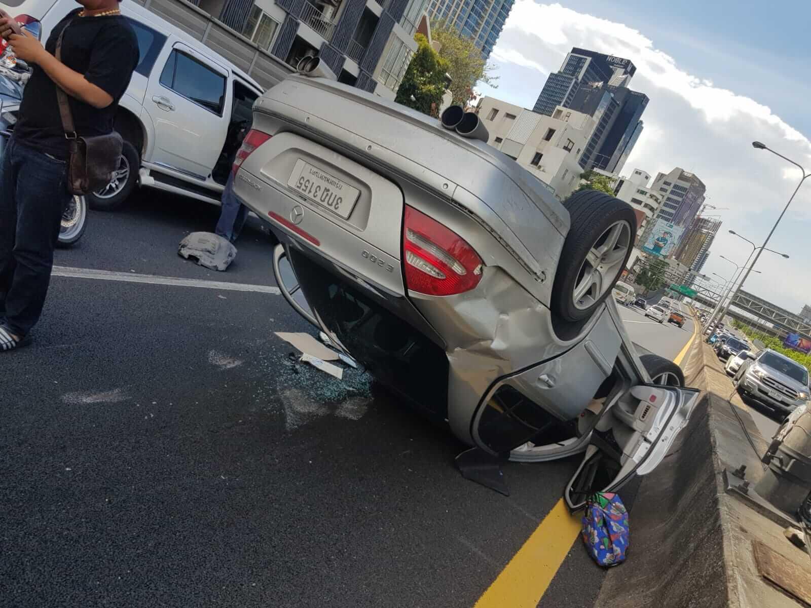 車禍發生一刻,馮寶寶第一時間爬出車廂,用手機拍下情況,她坐的車已四輪朝天。
