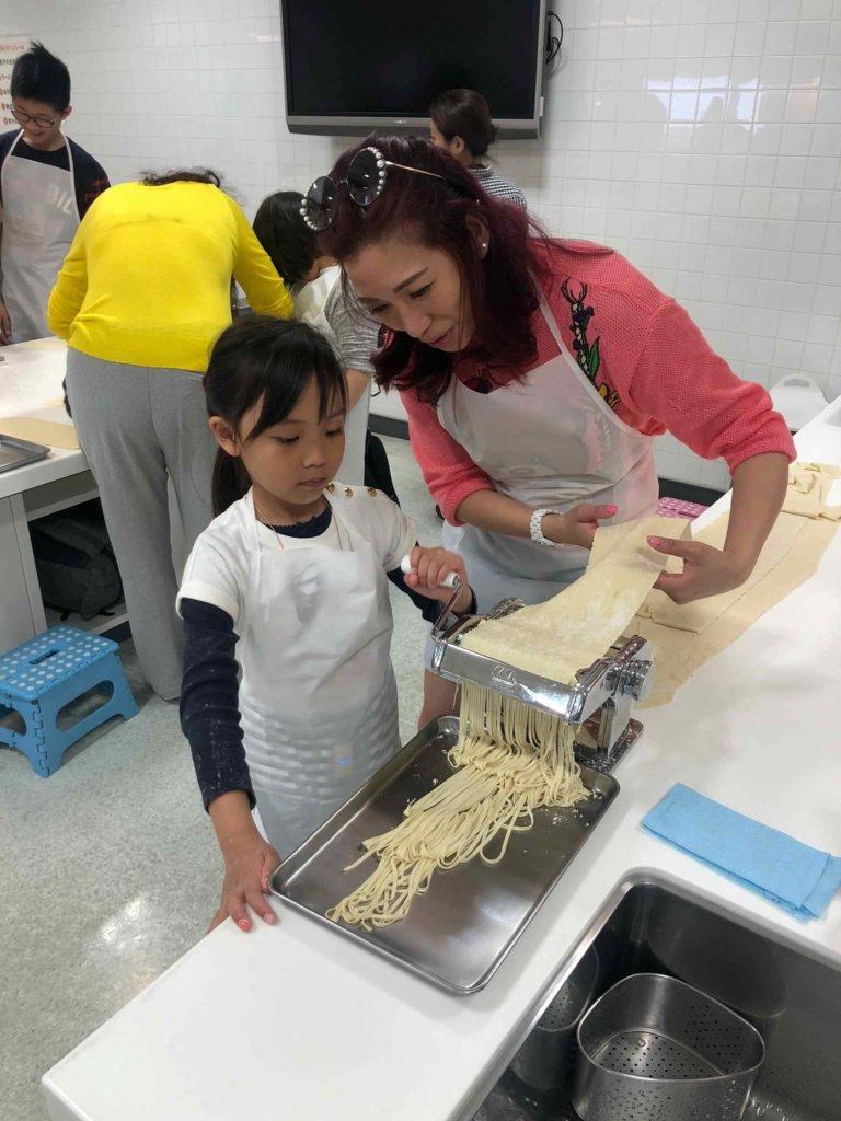 作為媽媽的她,事事親力親為,這天帶女兒做麵條。
