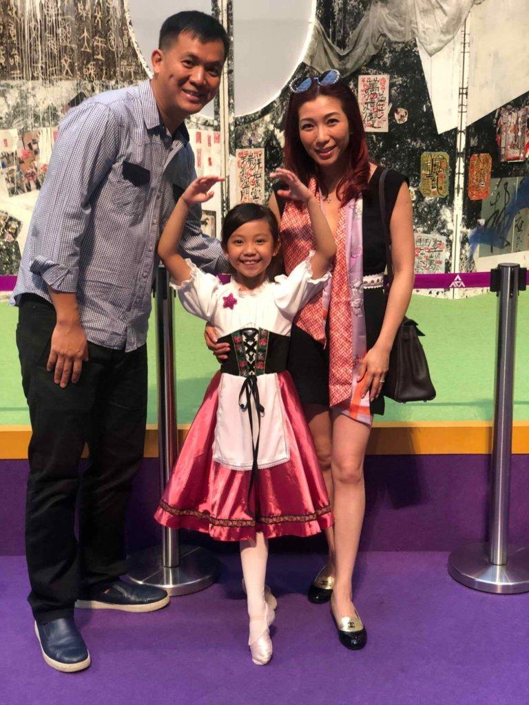女兒每次參加表演,朱凱婷與老公就像小粉絲支持。