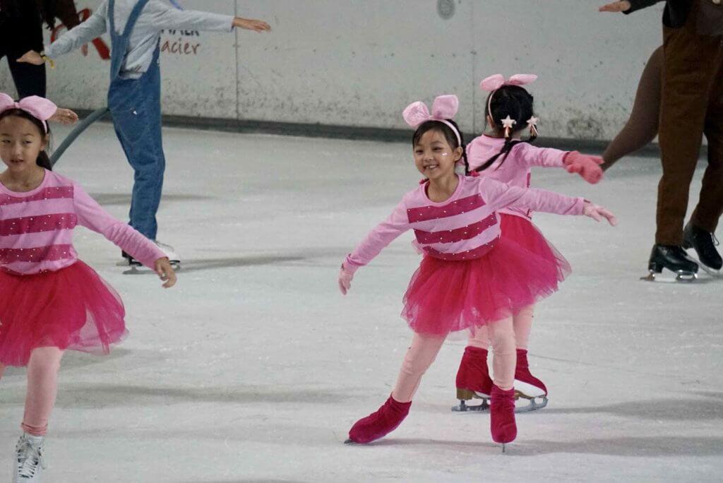 溜冰是她的興趣班之一。
