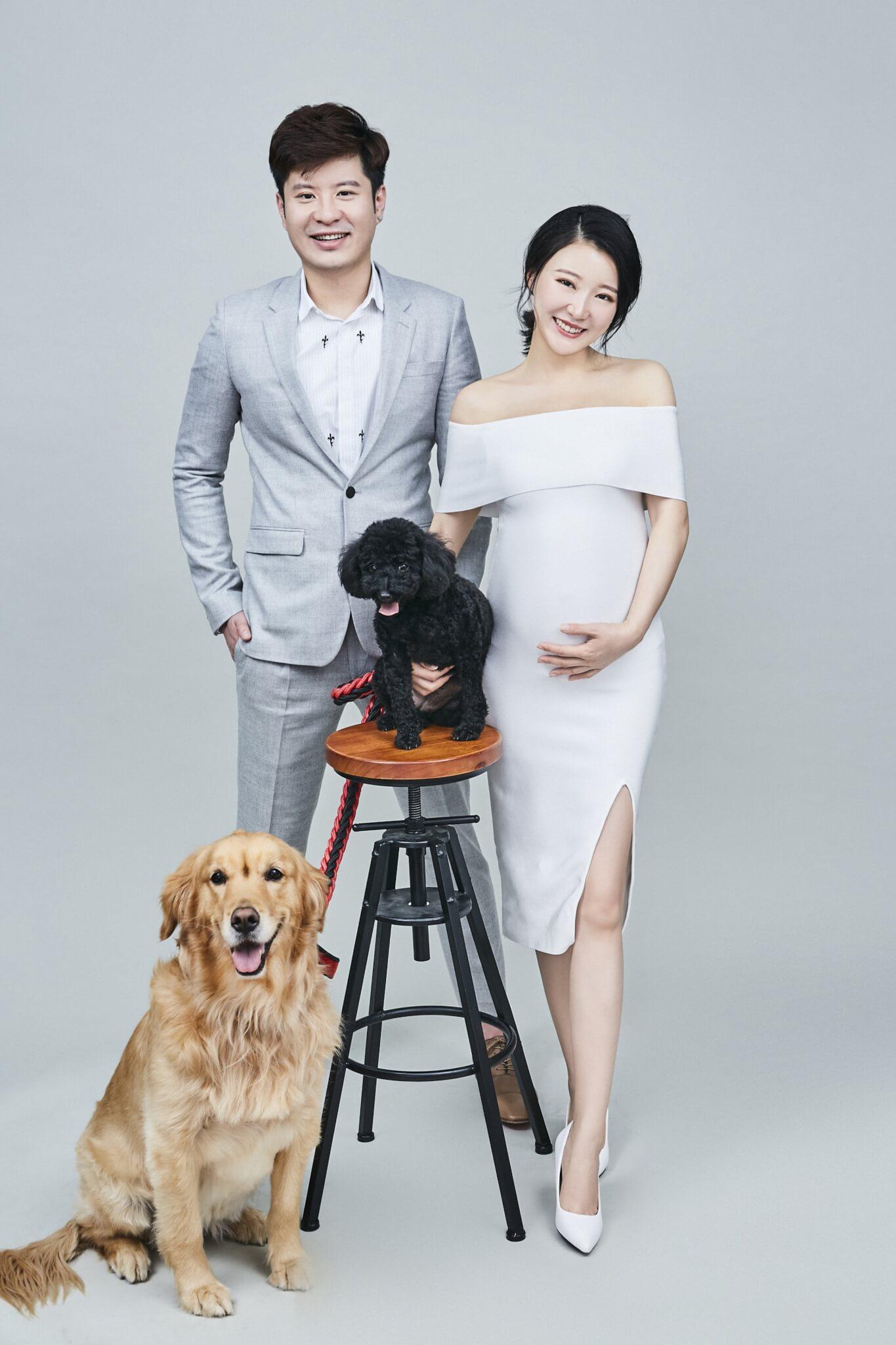 生B前和丈夫拍攝全家福,兩隻愛狗加肚內BB,馬賽說一家五口齊全了。