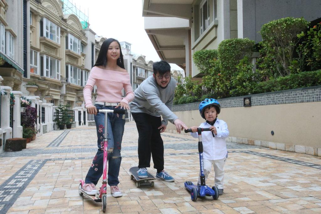 兒女喜歡玩滑板,劉翁陪玩