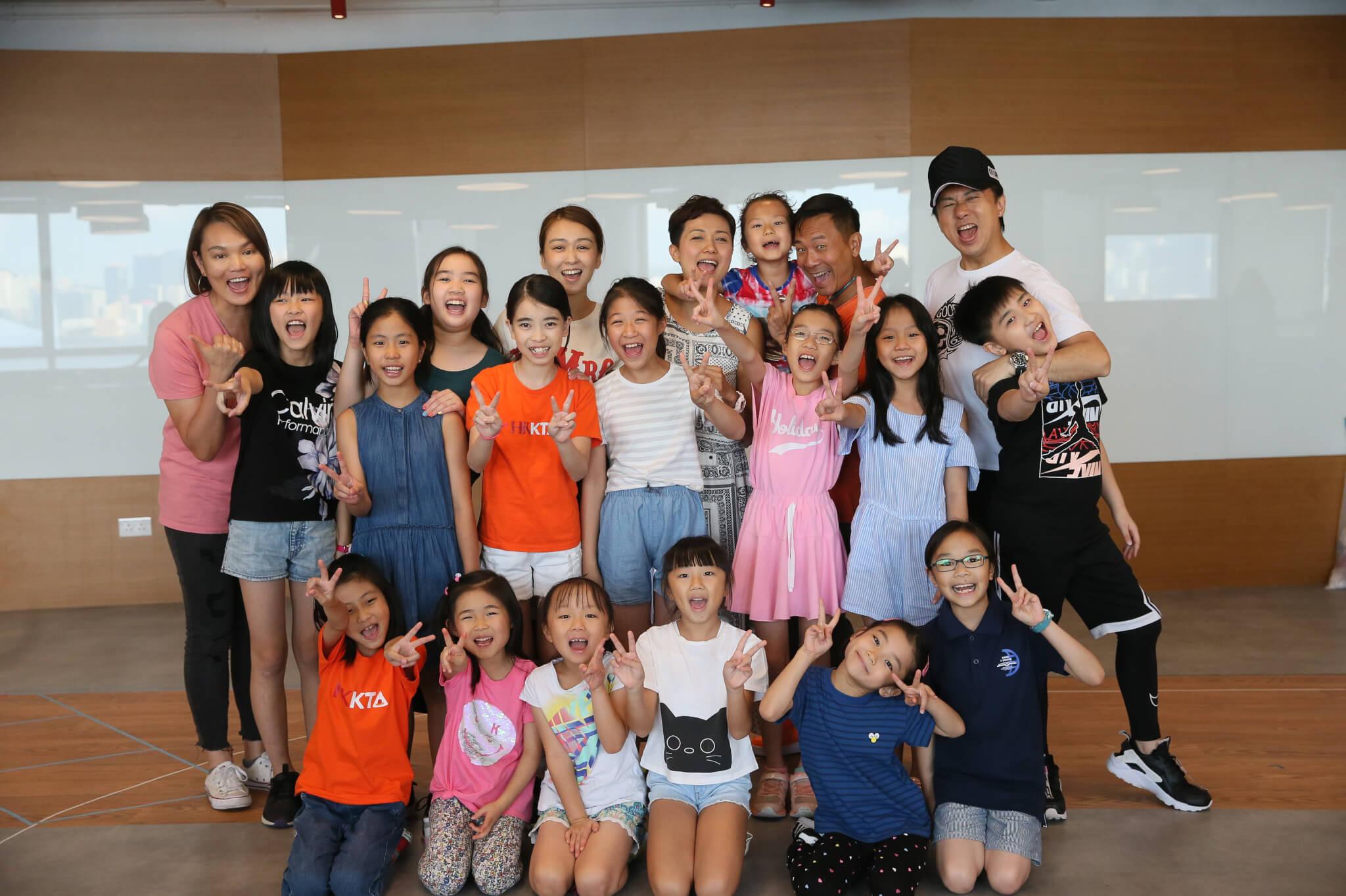 今次舞台劇動用了超過三十個小演員,陳國邦與羅敏莊都大讚這班小朋友很專業,懂得排戲時排戲,不會只顧住玩。