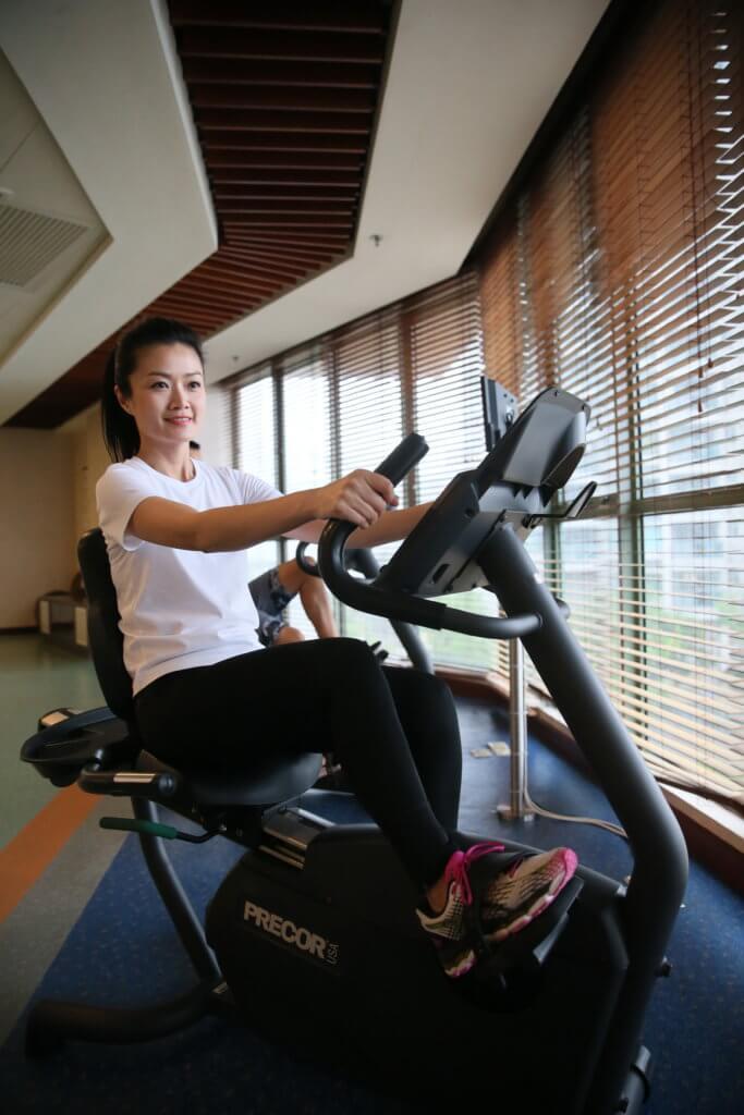 方健儀近年愛上長跑運動,天氣好就到屋苑附近的海濱長廊跑,天氣不好就在會所做運動,每星期平均有三至四天做運動。