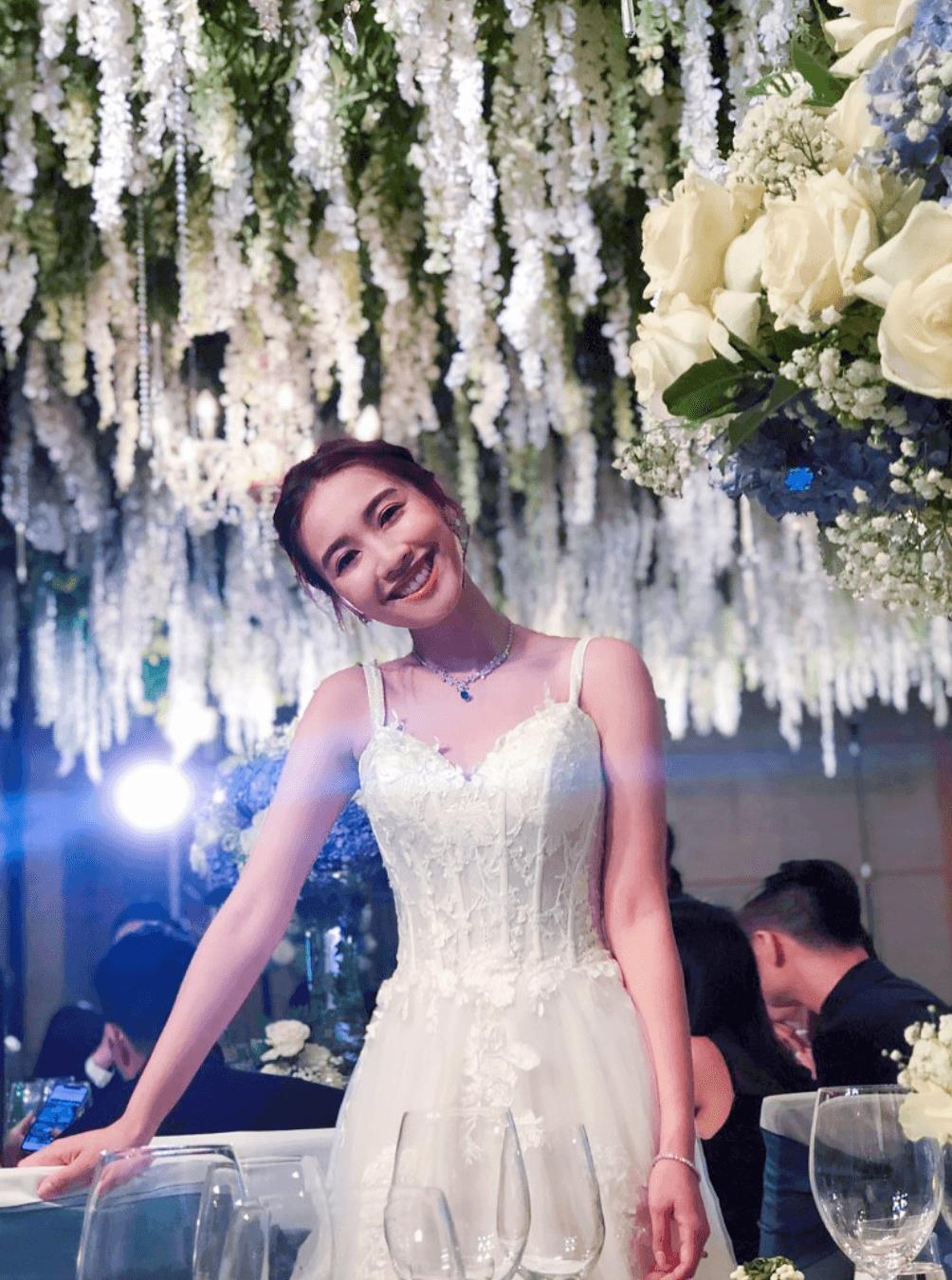 婚宴場地以白色花布置
