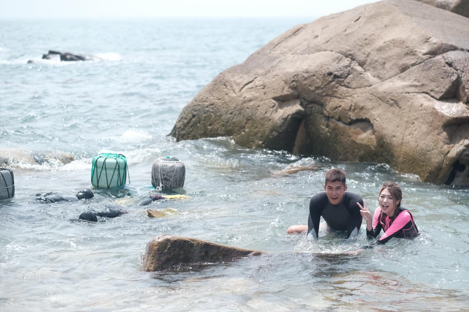 二人出海時未能下水,之後就想在石灘游出去,但原來同樣困難,因為只要游出少少,就有浪將他們打回岸邊。