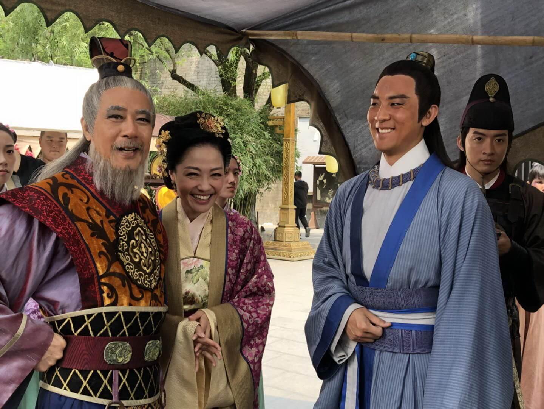 在新一輯的《包青天》中,李成昌飾演多次陷害包青天的龐太師,鏡頭後的他當然一點也不奸,不時與演包青天的譚俊彥談笑風生。