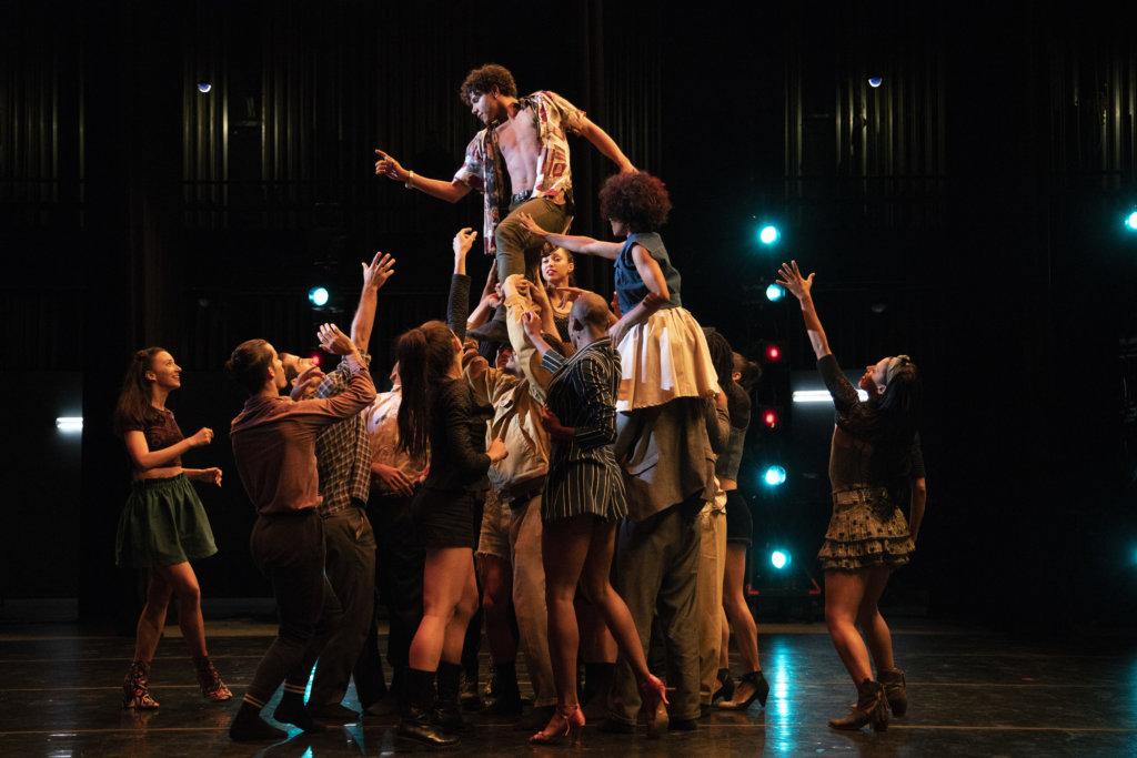 卡洛斯設計的舞蹈,包含了他成長的痛苦與背負的複雜家庭背景。