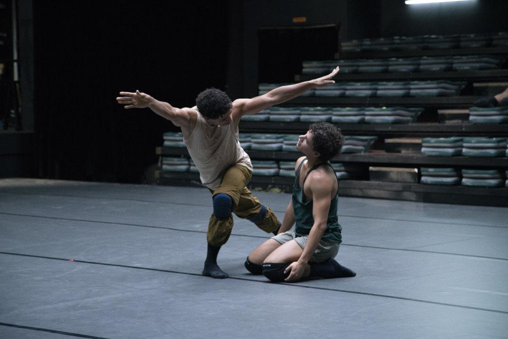 《飛躍芭蕾》是古巴舞王卡洛斯阿哥斯達傳記電影,亦結合了他的舞蹈表演。