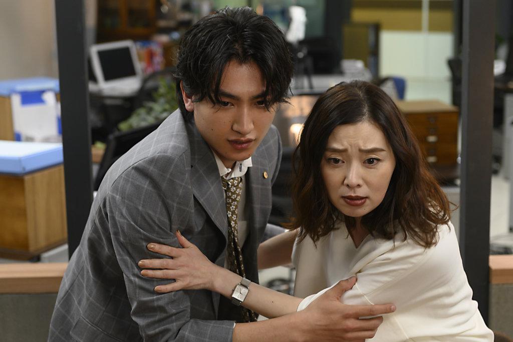 片中還有描寫黒澤部長前妻與小鮮肉男友的忘年戀
