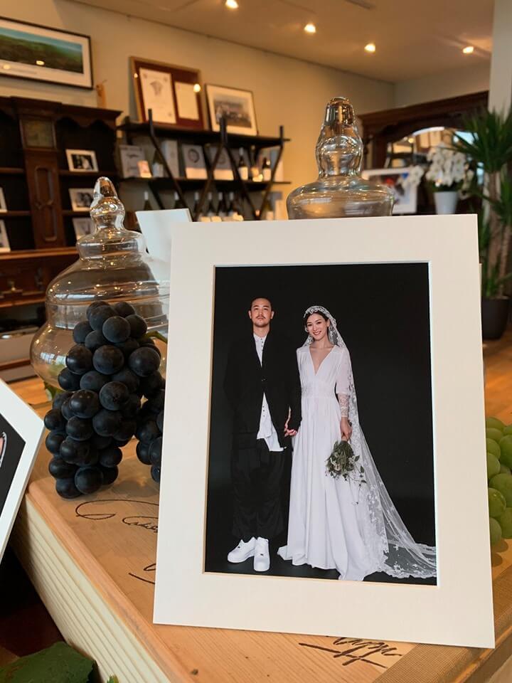 婚禮的接待處擺放一對新人的婚照