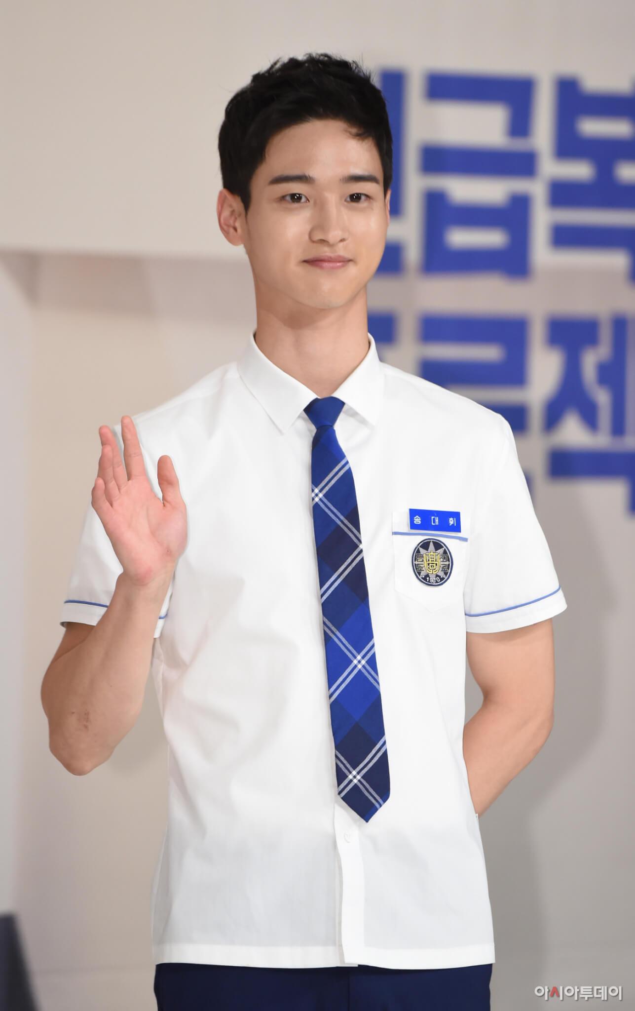 張東尹曾出演《學校2017》而成名,現實中是個man爆的男子漢!