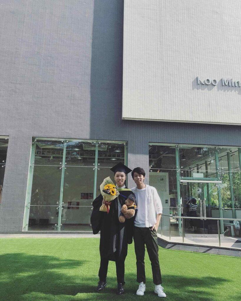 哥哥浸大畢業,作為弟弟當然要見證這時刻。