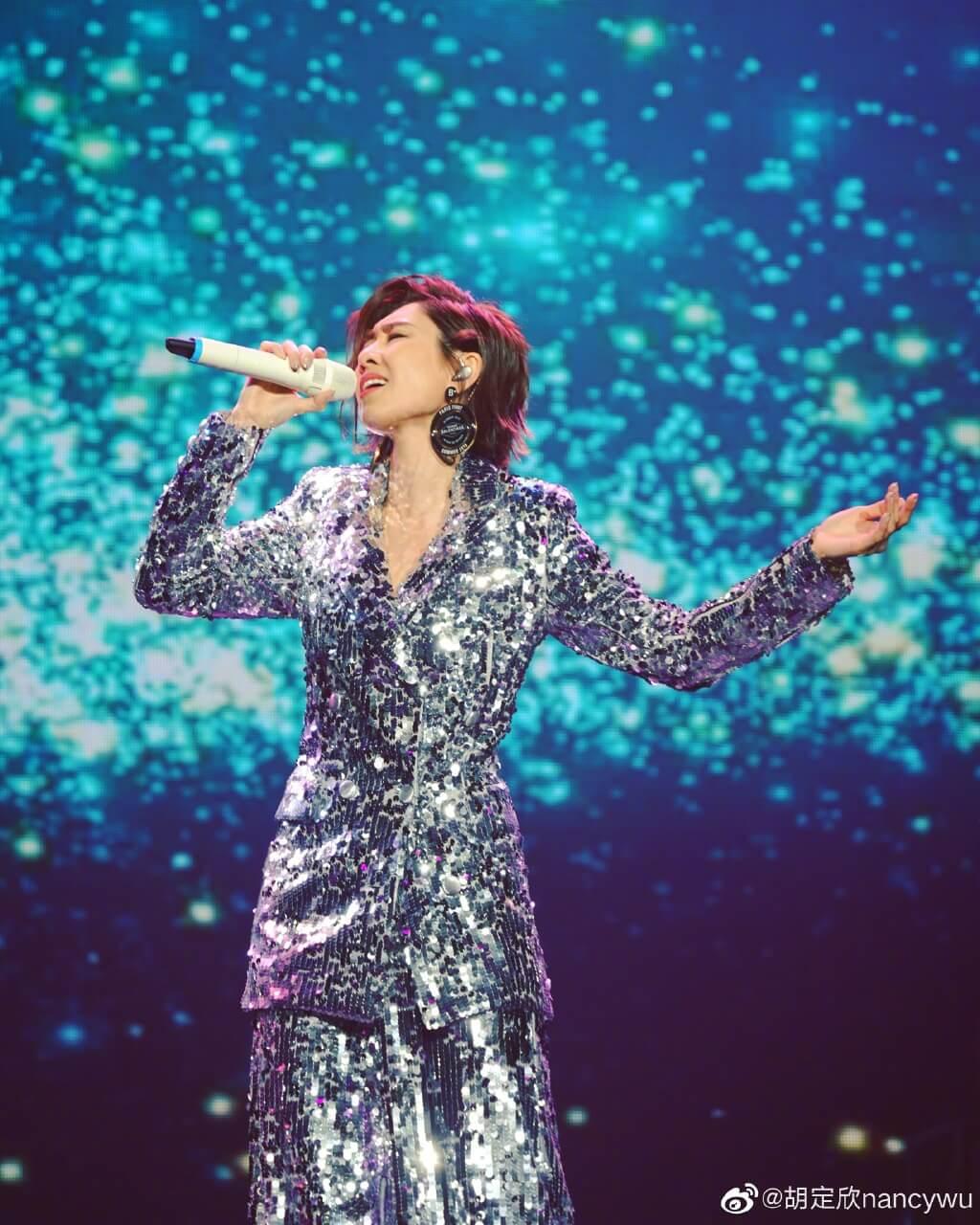 放假一年令她接了不少登台,一圓她的歌星夢。