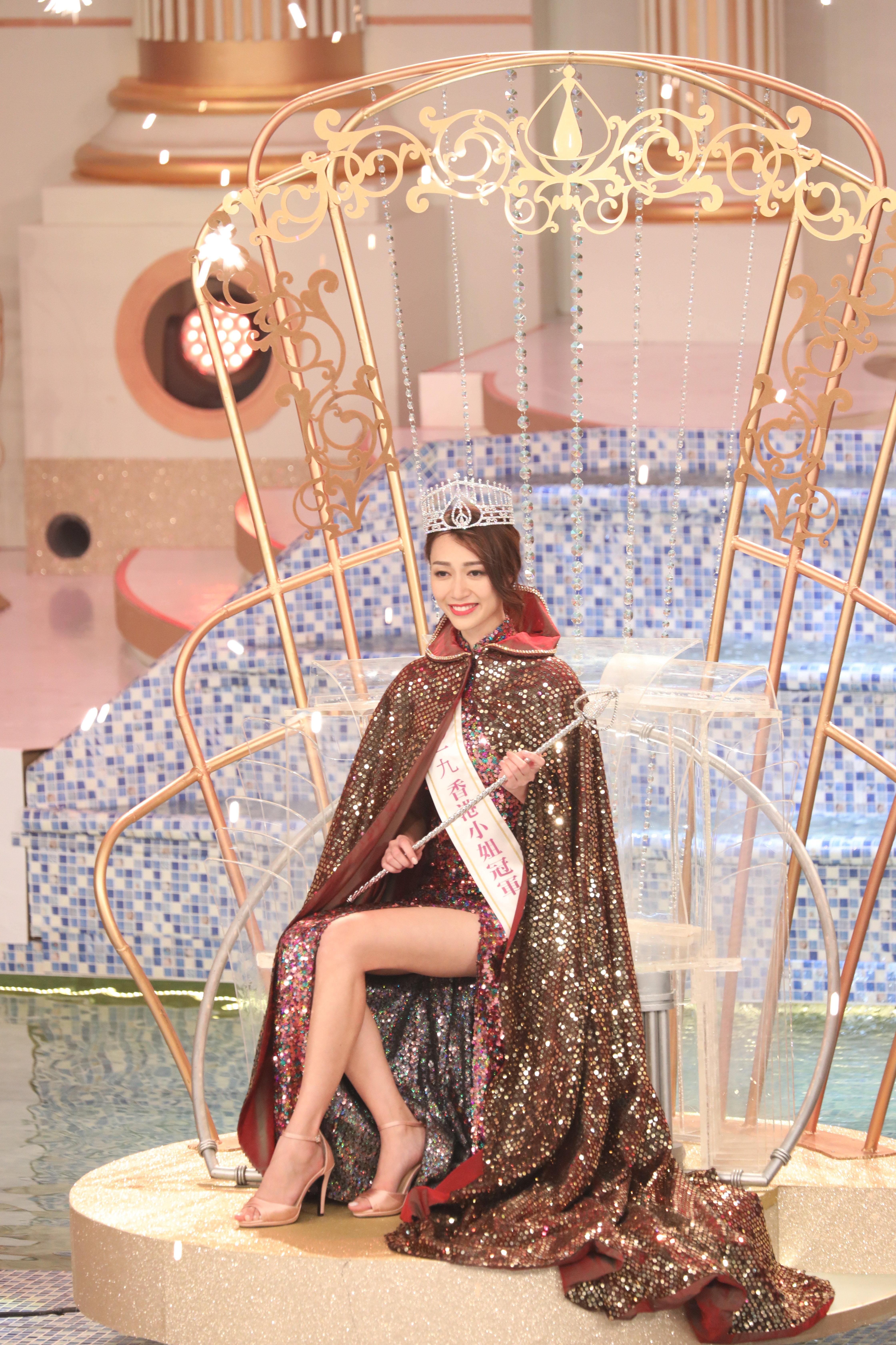 現年廿五歲的黃嘉雯大熱勝出奪得冠軍,更獲選為「最具體態美佳麗」。