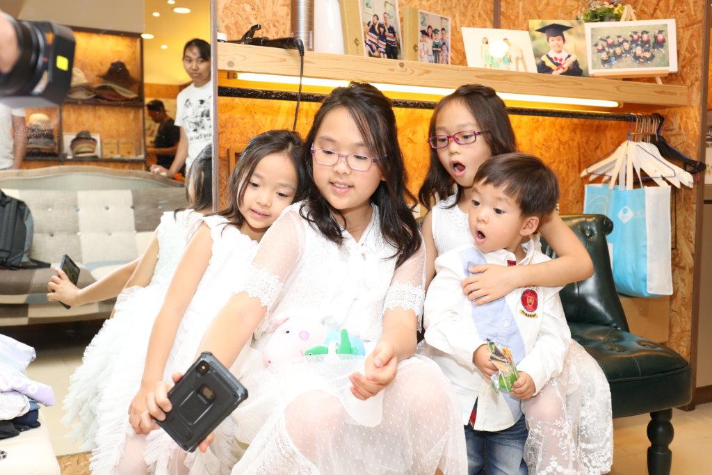 四姊弟感情要好,大家姊很愛惜弟妹。
