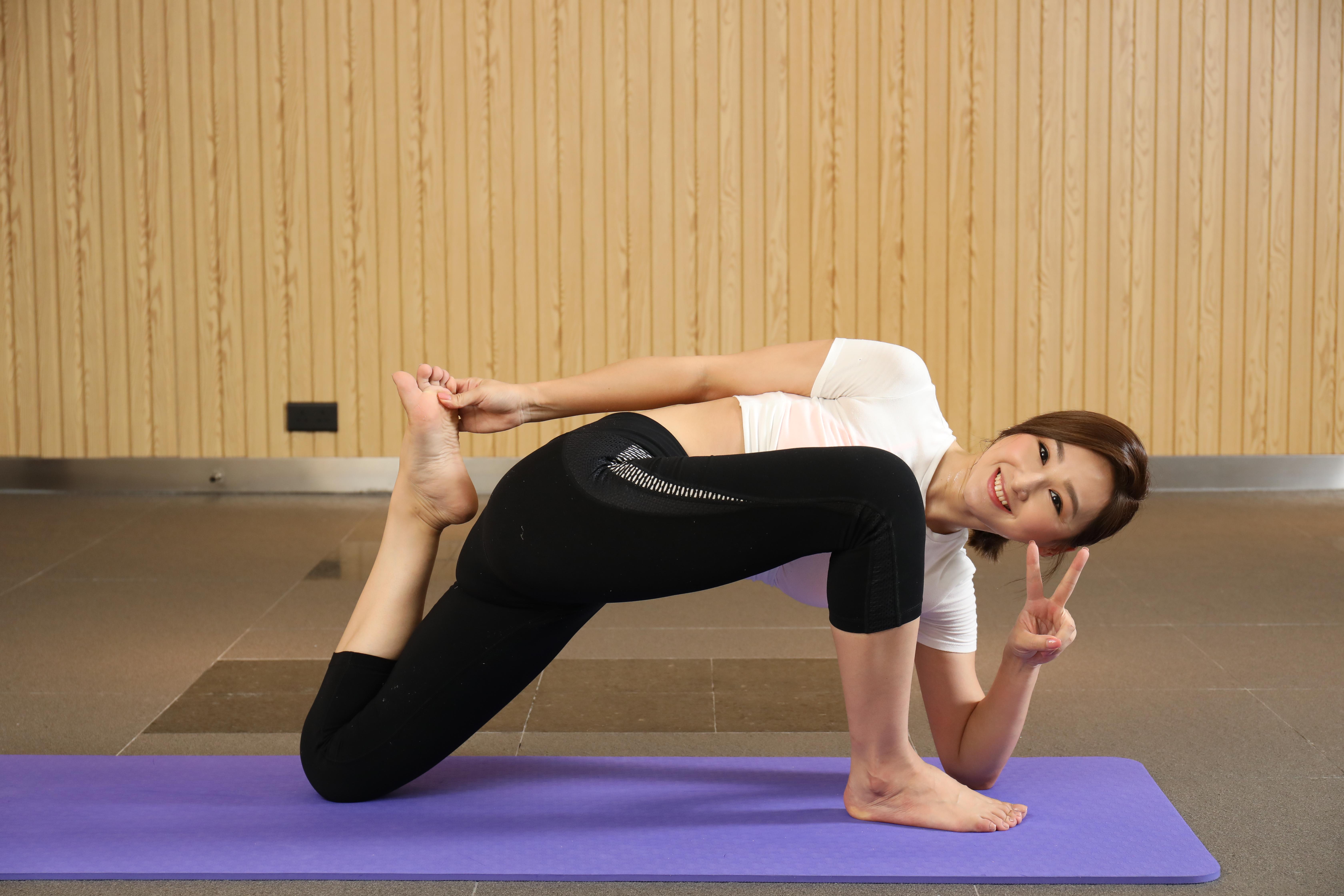 做Low Lunge Variation的動作好似好輕鬆,但其實已經運用全身筋腱。