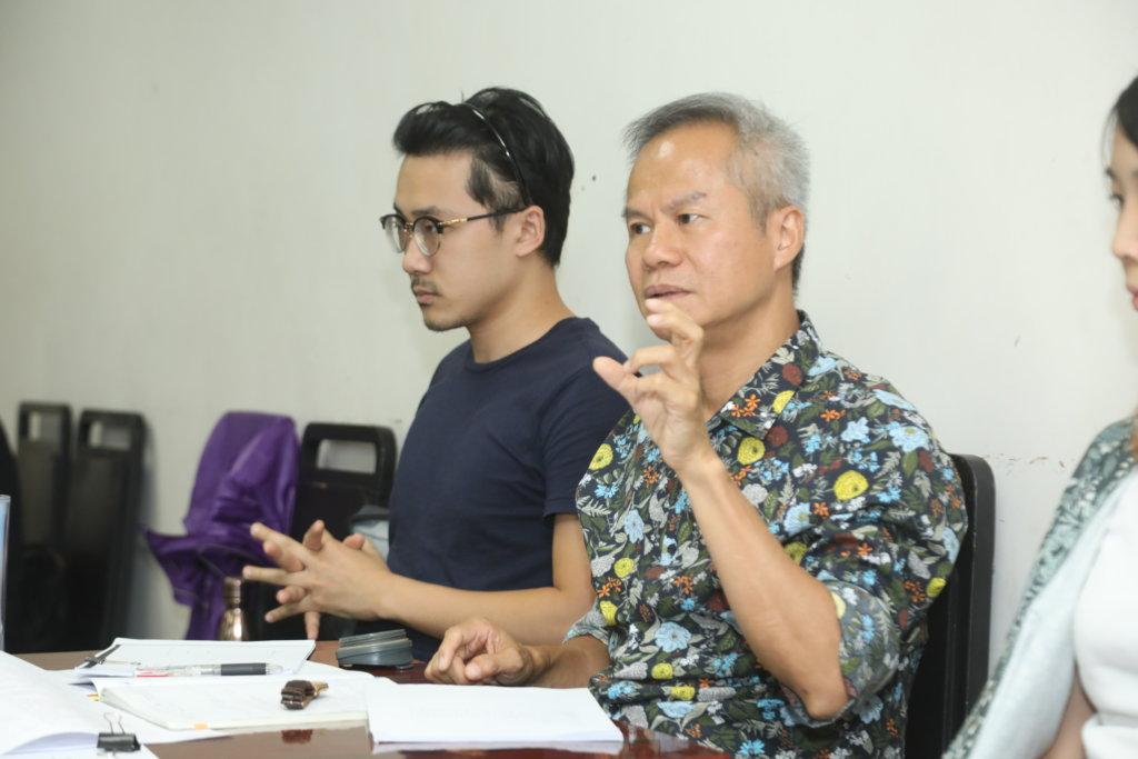 導演鄧樹榮在空檔時,跟演員討論劇情和分晰角色。