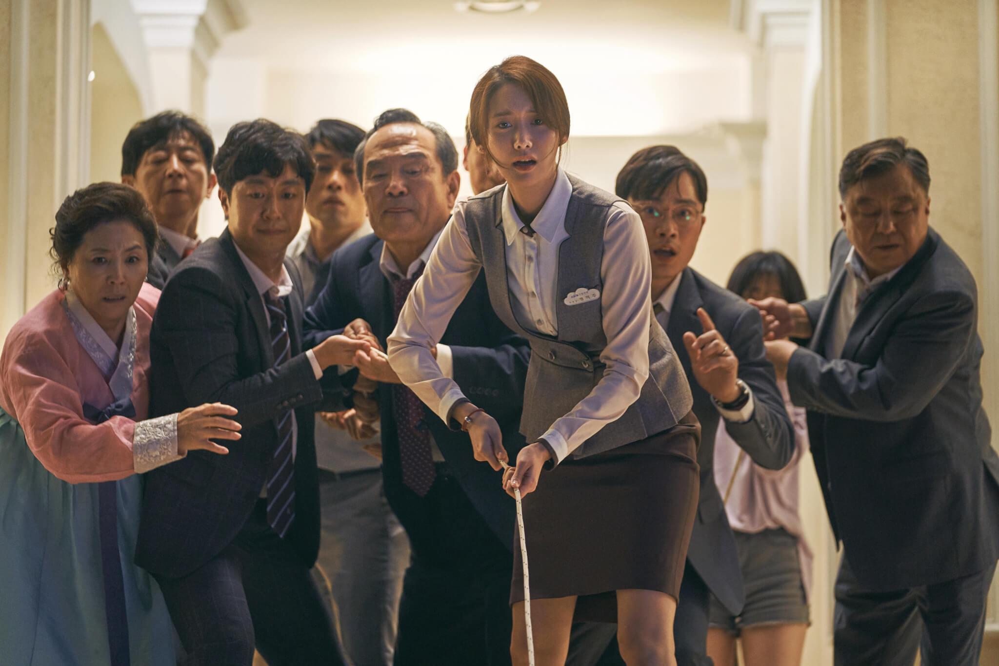 允兒在戲中飾演宴會場地職員,在緊急關頭協助曹政奭家人逃生。