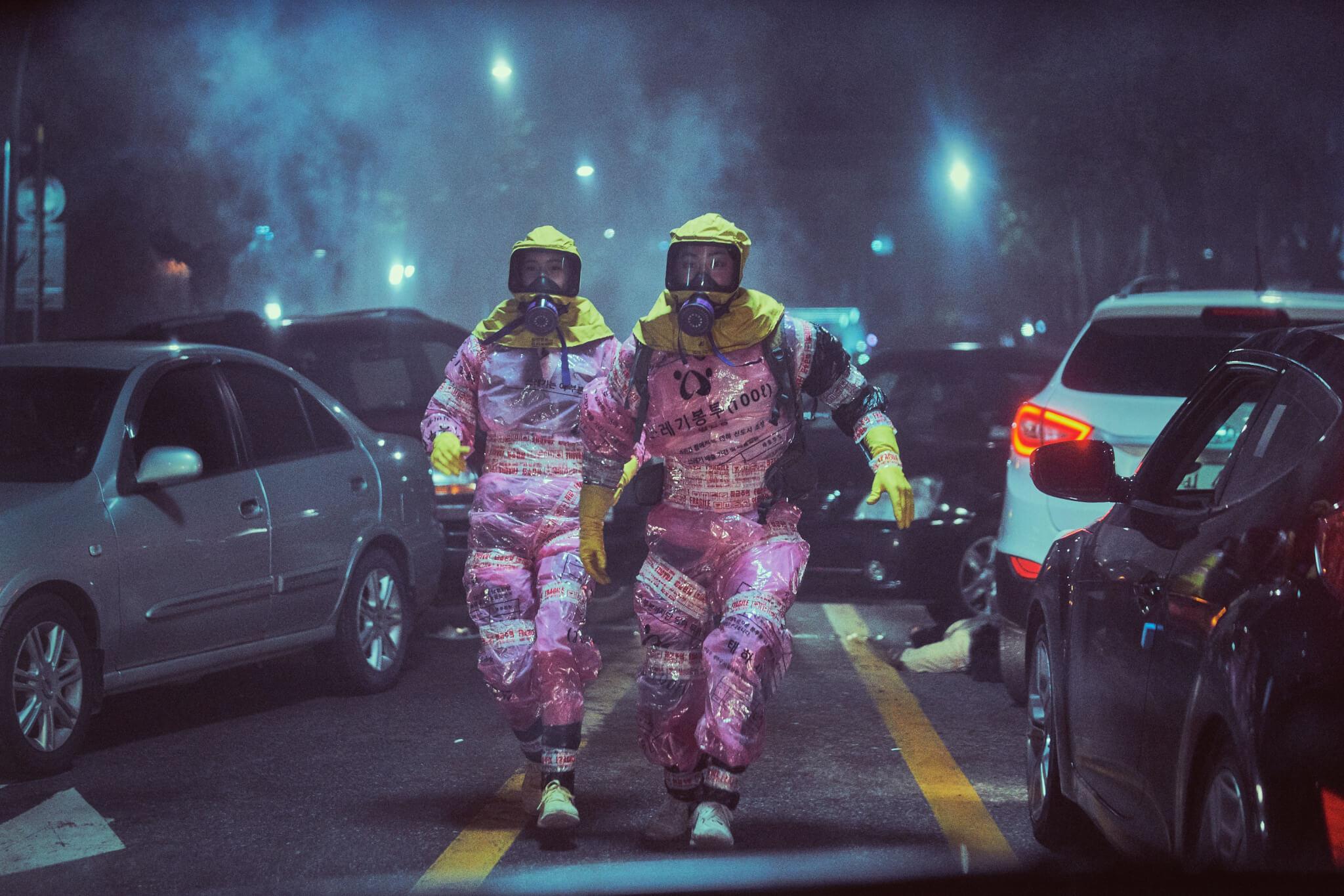 電影中曹政奭和允兒為抵抗毒氣,用垃圾袋製成的防毒衣、地鐵站內的防毒面罩,再配上膠手套及膠紙等,全部在災難現場中就地取材。