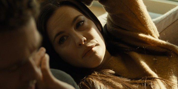 莉芙泰萊扮演畢佬的妻子,兩人婚姻生活疏離。