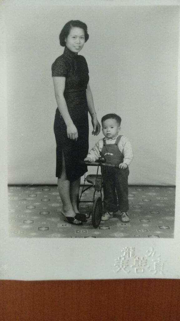 一直侍母至孝的楊瑞麟,多年來跟母親同住,其母過身後,在遺物發現了當年要問親戚借錢,供他到外國讀大學的帳簿,令他難過不已。