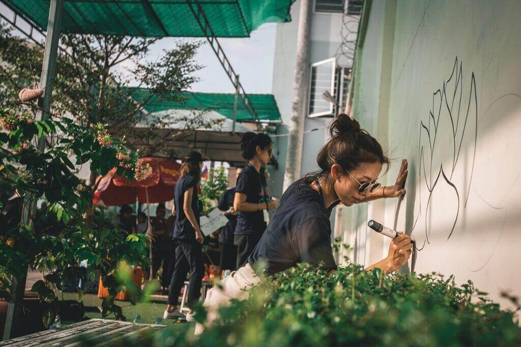 早前二人到柬埔寨探訪曾被賣到妓寨的女孩,又為女孩住的安全屋油漆修補。