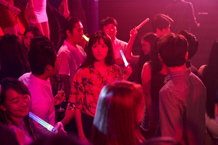 戲中智惠勇闖犯人的地盤夜店,差點遇險。