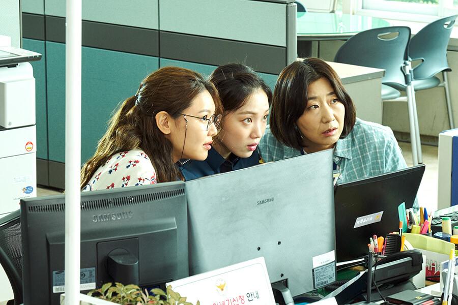 少女時代成員秀英(左)在戲中飾演電腦技術超強的民事投訴科職員