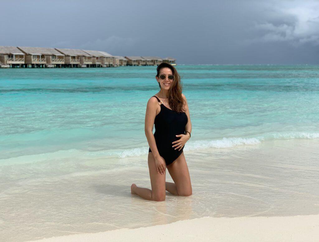 兩人都喜歡陽光海灘,特別選擇馬爾代夫度蜜月。老公全程做攝影師,為Toby拍下不少大肚寫真。