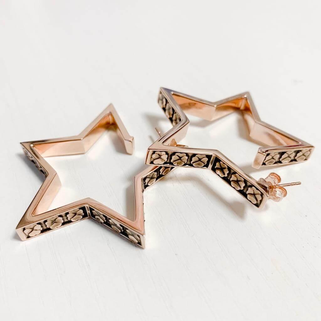 泳兒設計的耳環,以簡約有型的風格為主。